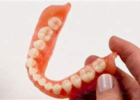 Protesi totale in resina acrilica con denti del commercio in composito